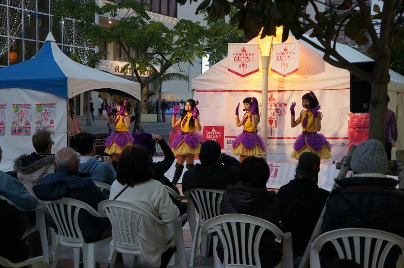 蔡温廣場是當地熱門露天表演場地,這天是沖繩的地道偶像團體らぐぅんぶるぅ在表演。