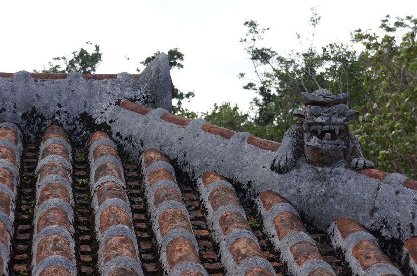 在恩納市琉球村(為一主題公園,展示琉球國文化)內有很多古建築物,大概是當地名門望族的祖屋。屋頂上都有著不同造型的シーサー。光拍這些就可拍一個上午了。