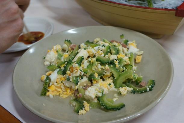 沖繩那霸牧志公設市場的苦瓜炒蛋(ゴーヤチャンプル),是當地很常見的小菜。