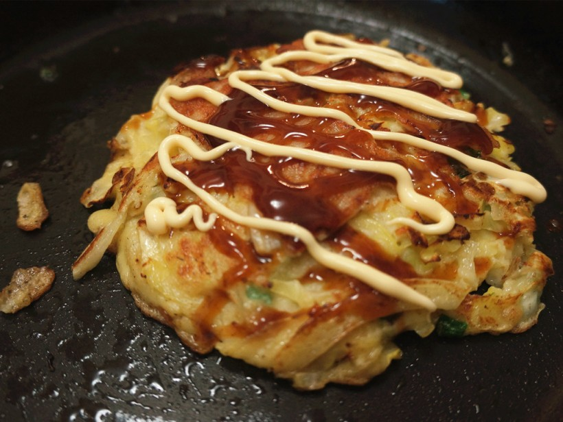 然後煎煮的部份便基本完成了。在豬肉之上塗上醬料及沙律醬。