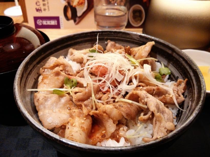 """日文中的豬肉寫作""""豚肉"""",港式日本餐廳有樣學樣,索性寫作""""豚肉料理"""",有時令我覺得像在吃海豚的肉。"""