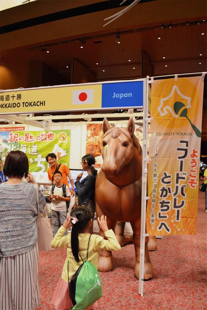 北海道十勝的攤位有一隻巨型的充氣馬,也是漫畫銀之匙的推廣。