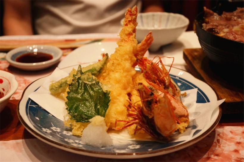 大蝦天婦羅是我每次必點的料理。關於這個,平時在一般的連鎖餐廳吃的炸蝦比較油膩,也有吃過炸成淺啡色的,相信跟店家用的油很大關係。這家做的很不錯。