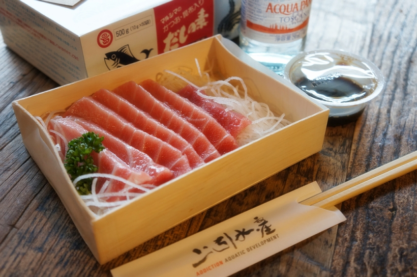 結果因為我怕吃不了太多就只選了一盒黑鮪魚腩, 味道是很不錯. 左上角的是進口鰹魚味精丸, 一大盒買回家日後做拉麵湯.